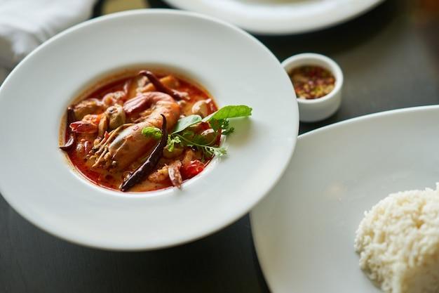 Том ям кунг с рисом и рыбным соусом, окунитесь в традиционное тайское блюдо Premium Фотографии