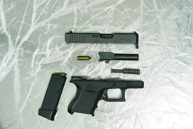 ピストル銃の分解部品の側面 Premium写真