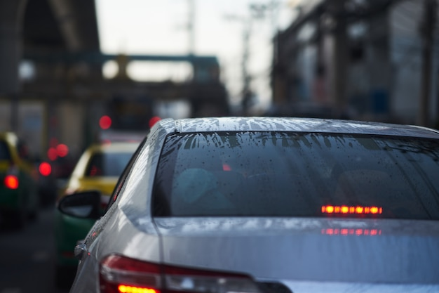 雨季のセダン車の後部風防の水霜と水滴 Premium写真