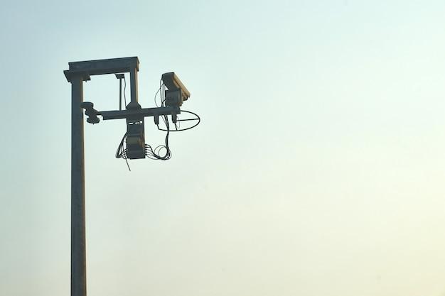 青い空を背景にセキュリティのための役員や警察による道路や有料道路で屋外回路カメラ Premium写真