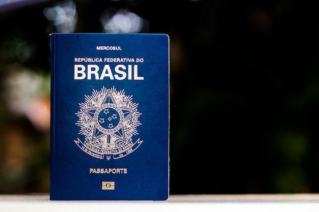 ブラジル連邦共和国の新しいパスポート-黒い背景にメルコスールのパスポート-外国旅行のための重要な文書。 Premium写真