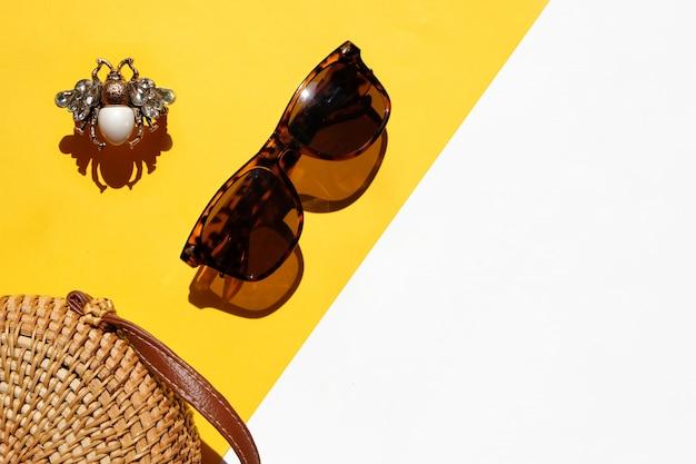 夏のフラットは、夏の風景、バッグ、サングラス、ファッションリング白と黄色を置く Premium写真