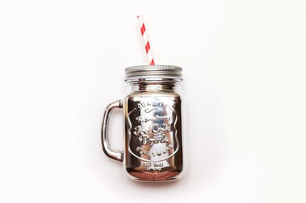 クリスマスシルバーメーソンの瓶は、白い背景にあるわらと Premium写真