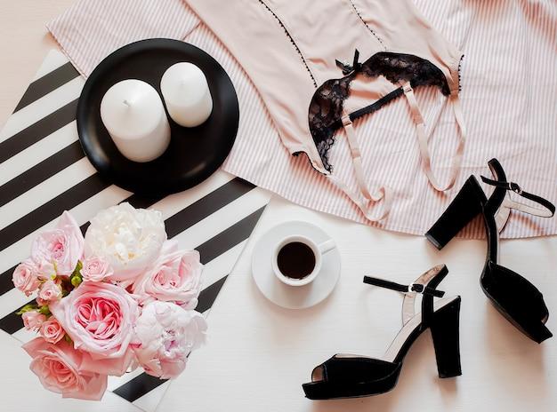 女性のファッションアクセサリー、スマートフォンのモックアップ、バラとピジョンの花束、靴、レースの林 Premium写真