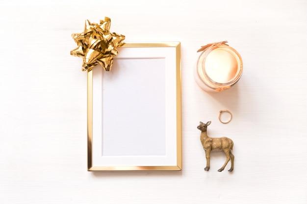 Золотая рамка с золотой лук, изолированных на белом фоне. зимняя минималистическая рождественская открытка Premium Фотографии