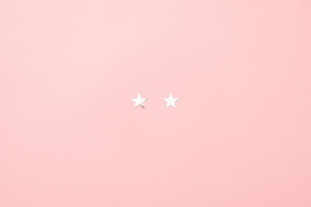 ピンク色の背景に銀の星紙吹雪の作られたクリスマス子豚最小限の概念。 Premium写真