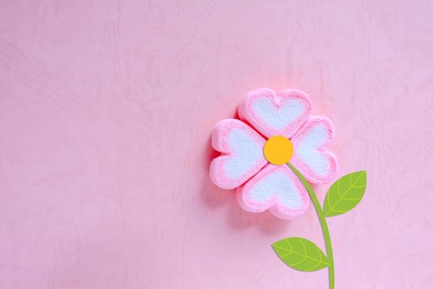 ピンクの背景、甘い背景にマシュマロの花 Premium写真