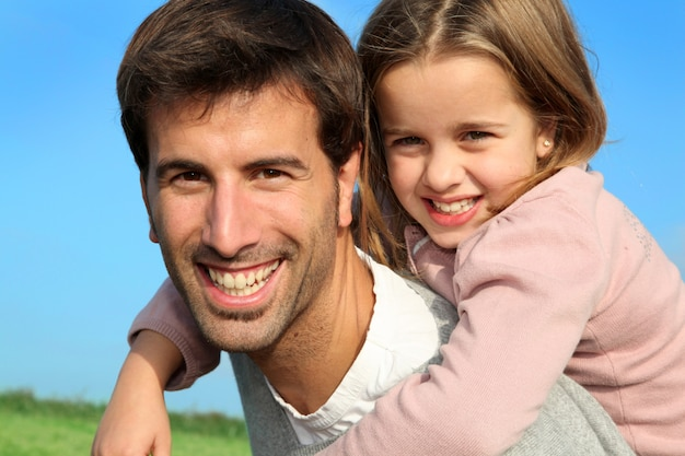 Портрет отца, дающего автожелезнодорожные перевозки дочери Premium Фотографии