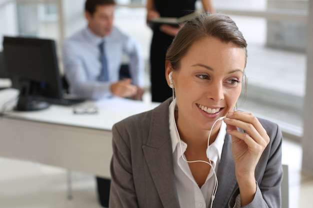 ハンズフリーデバイスと携帯電話で話している実業家 Premium写真