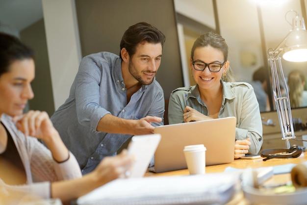 同僚のモダンな共同作業スペースでのビジネスアイデアのワークショップ Premium写真