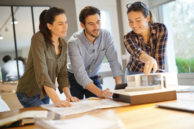 近代住宅のためのプロジェクトを見ている建築家 Premium写真