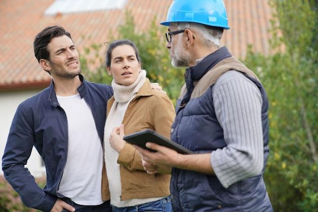 住宅所有者との屋外計画を経てビルダー Premium写真