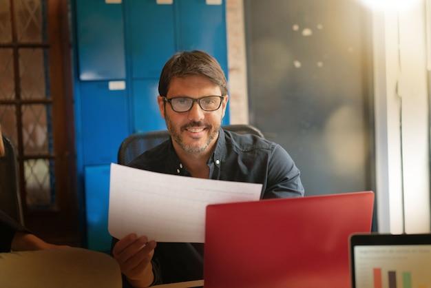 近代的なオフィススペースで働く若い男 Premium写真