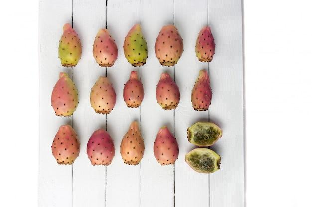 Плоды кактуса опунция фикус-индика на белом фоне Premium Фотографии