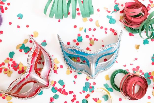 紙吹雪とベネチアンマスク Premium写真