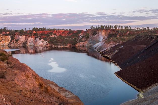 Заброшенный старый рудник добычи меди Premium Фотографии