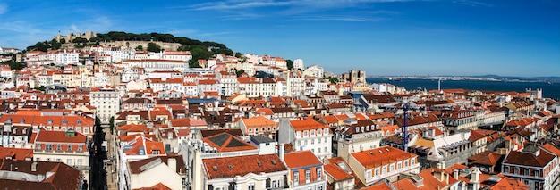 丘の上にサンジョルジェのランドマークとなる城がある美しいリスボンのダウンタウンエリアの眺め。 Premium写真