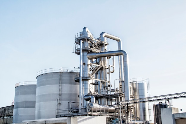 石油精製所の光沢のあるチューブ Premium写真