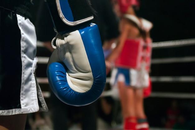 リングのキックボクサー選手 Premium写真
