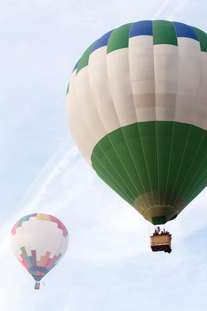 熱気球フェスティバルの昇天 Premium写真