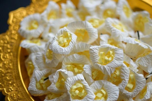 仏教の葬儀を尊重するサンダルウッドの花 Premium写真