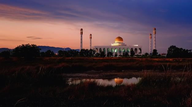 Центральная мечеть сонгкхла с отражением воды к югу от таиланда Premium Фотографии