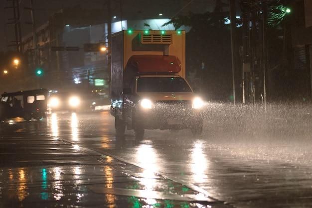 雨の日の車 Premium写真
