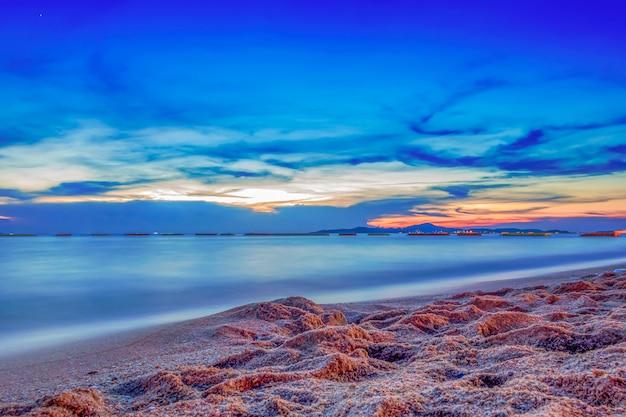 日没の長い露出の海の空の雲 Premium写真