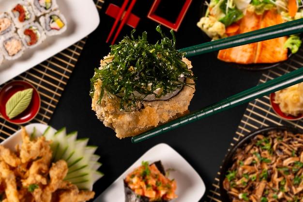 Японская еда комбо в черном фоне Premium Фотографии