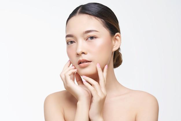 Естественный вид, азиатка, уход за лицом, косметология, косметические процедуры. Premium Фотографии