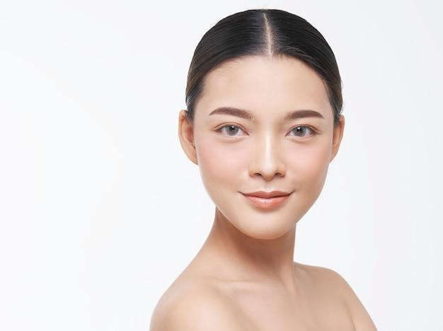 自然な肌を持つ女性の顔の美しさの肖像画。 Premium写真