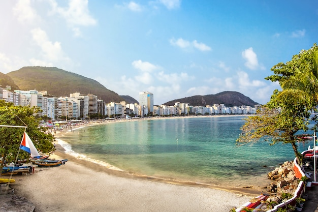 Пляж копакабана в рио-де-жанейро, бразилия Premium Фотографии