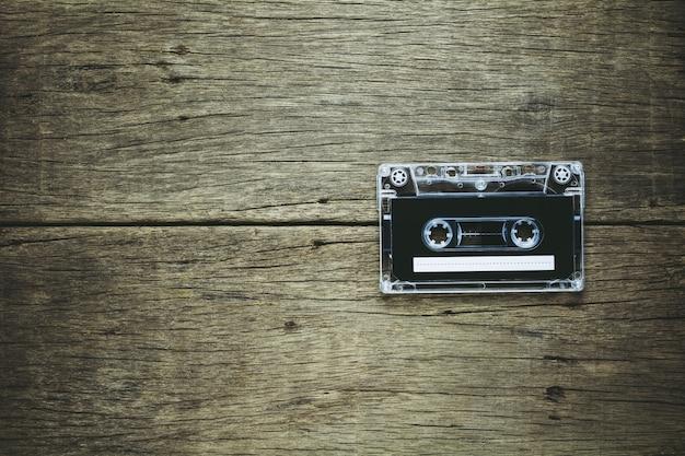 木製の背景にヴィンテージのオーディオカセットテープ。 Premium写真