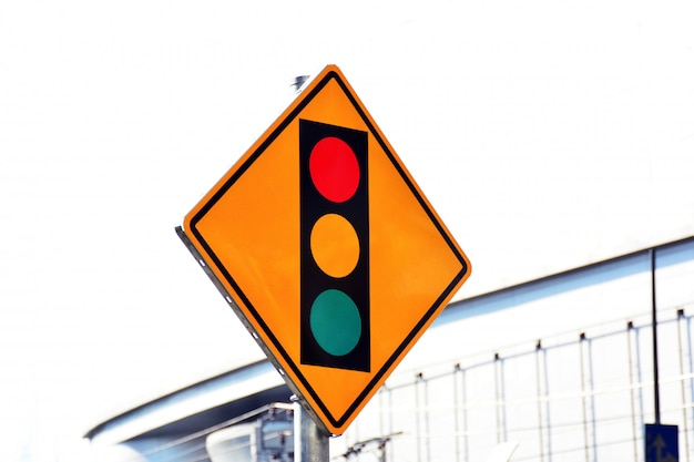 市内の道路上の信号機の赤黄色と緑色の標識ラベル Premium写真
