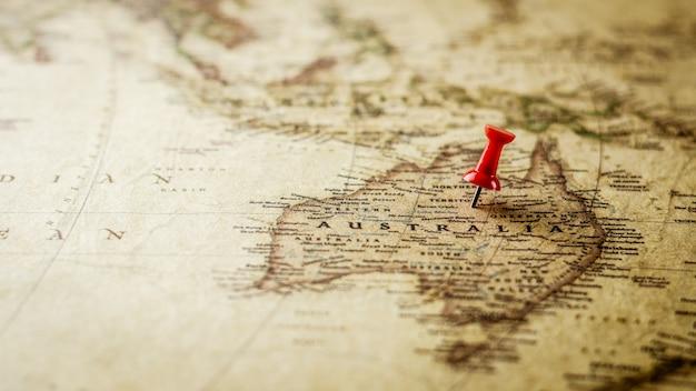 オーストラリア地図上の場所をマーキング単一の赤い画鋲。 Premium写真