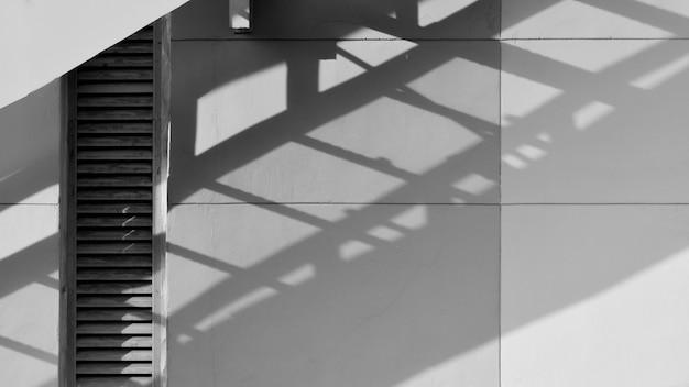 白いセメントの壁 - 抽象的な背景に火の出口階段の影 Premium写真