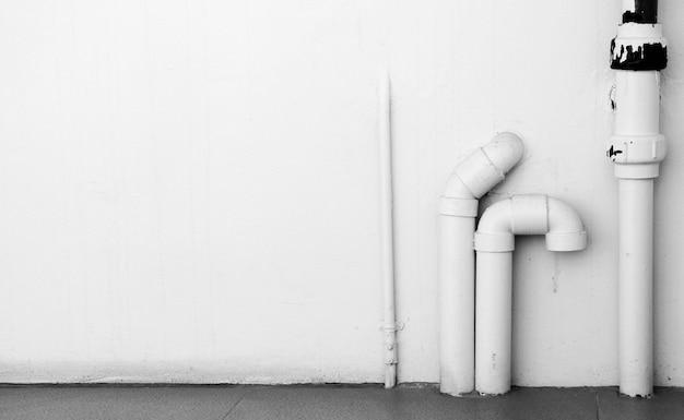 コンクリート壁に水道設備を設置 Premium写真