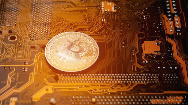 回路基板上の黄金のビットコイン。 Premium写真