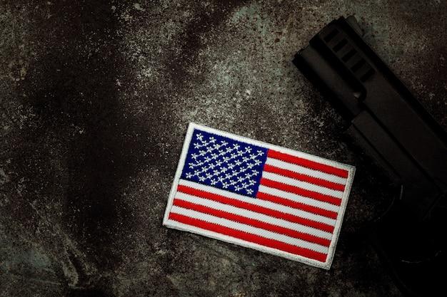 アメリカの国旗と拳銃 Premium写真