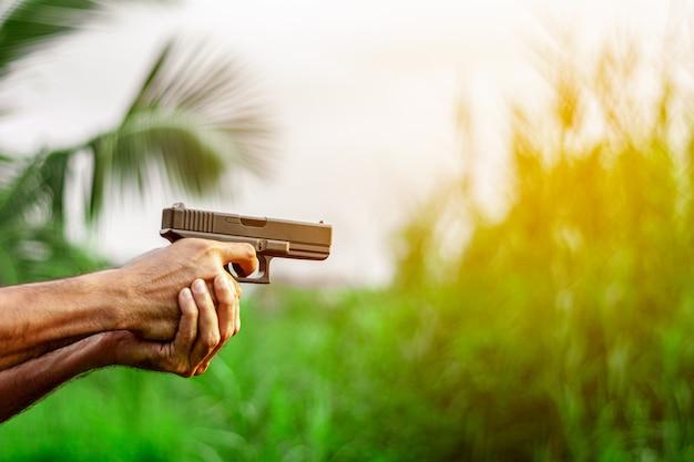 銃を手に持った男。 -暴力と犯罪の概念。 Premium写真