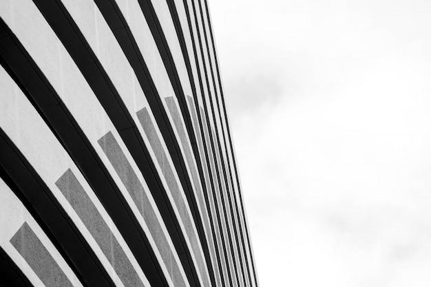 Архитектура современного здания черно-белая Premium Фотографии