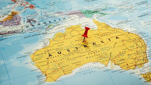 オーストラリア地図で選択的に配置された赤いピン。 -経済および政府の概念。 Premium写真