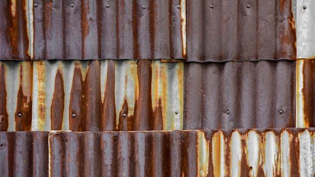 古くてさびた茶色の亜鉛メッキ鉄屋根の質感 Premium写真