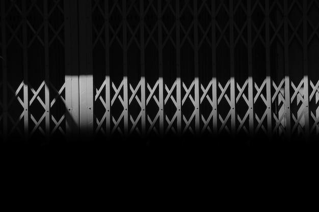 影のヴィンテージの灰色の金属製のスライドドア Premium写真
