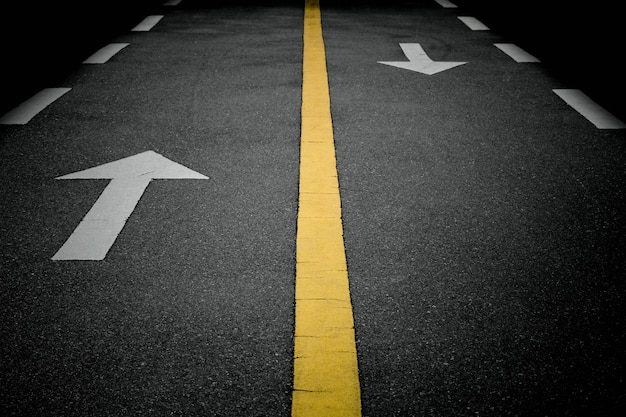 Белые стрелки вперед на дороге Premium Фотографии