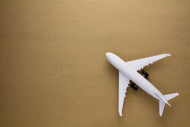 古い紙の背景に模型飛行機。 Premium写真