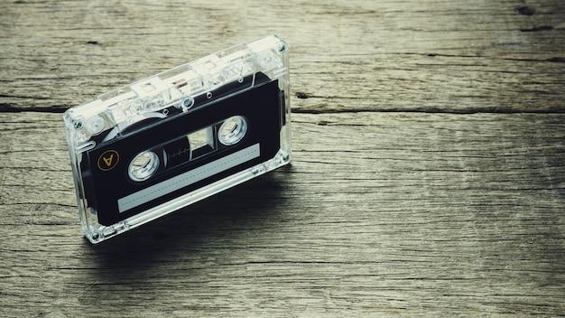 木製の背景にヴィンテージのオーディオカセットテープ Premium写真