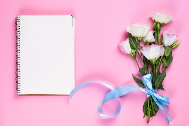 空のノートブックと花束トルコギキョウ、トップビュー Premium写真