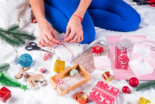 クリスマスカードや家族やクリスマスツリーの装飾を作る女の子。お祝い、誕生日パーティー、プレゼント、 Premium写真