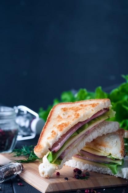 クラブサンドイッチ、サラダ、木製、プレート Premium写真